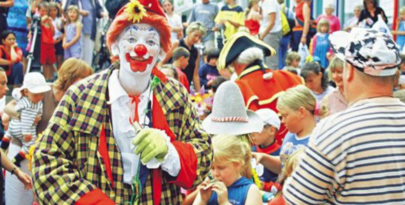 Clown entertaining children at St Peter Port Town Carnival